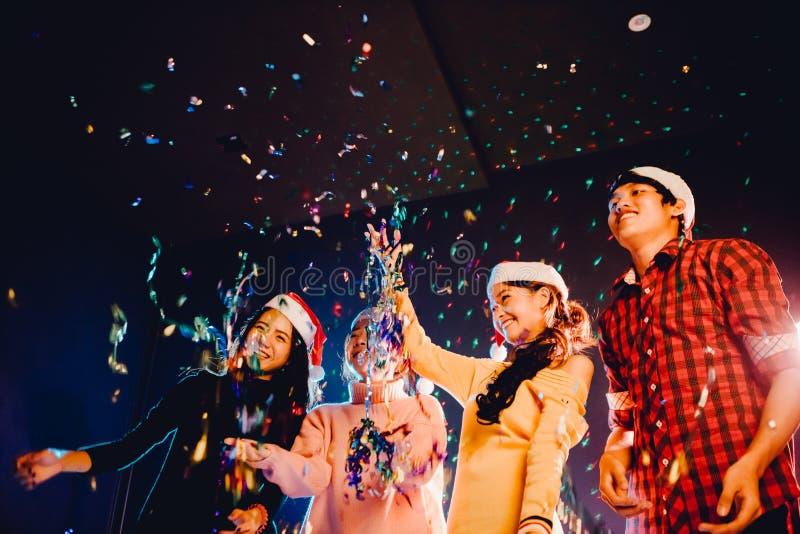 Gruppen Freunde sind asiatische Männer und Frauen feiern das Weihnachten und die Partei des neuen Jahres lizenzfreies stockfoto