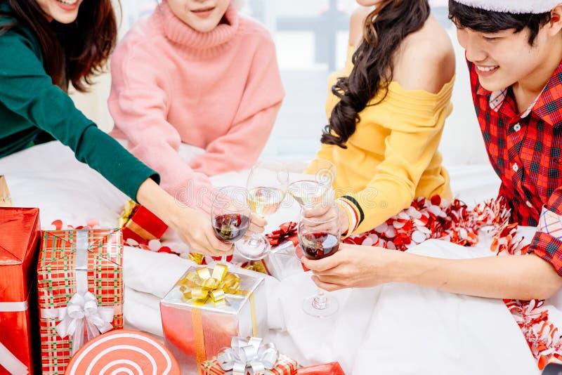 Gruppen Freunde sind asiatische Männer und Frauen verzierten den Weihnachtsbaum Zu die Weihnachtsjahreszeit feiern lizenzfreie stockfotografie