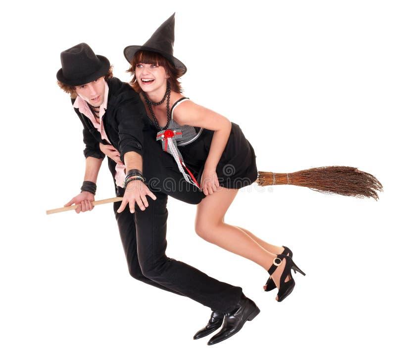 Gruppen-Halloween-Hexe blond in der Hutfliege auf Besen. stockbild