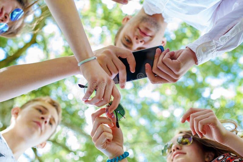 Gruppen-junge Hippies, die Gerät-Handfackeln verwenden stockbilder
