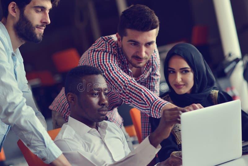 Gruppen-junge Mitarbeiter, die große unternehmerische Entscheidungen treffen Kreatives modernes Büro Team Discussion Corporate Wo lizenzfreie stockfotos