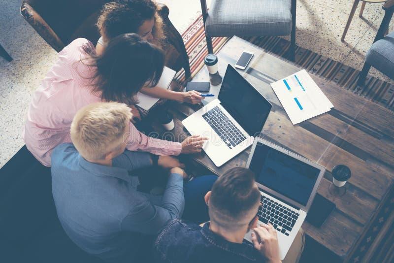 Gruppen-junge Mitarbeiter, die große unternehmerische Entscheidungen treffen Kreatives modernes Büro Team Discussion Corporate Wo stockfotos