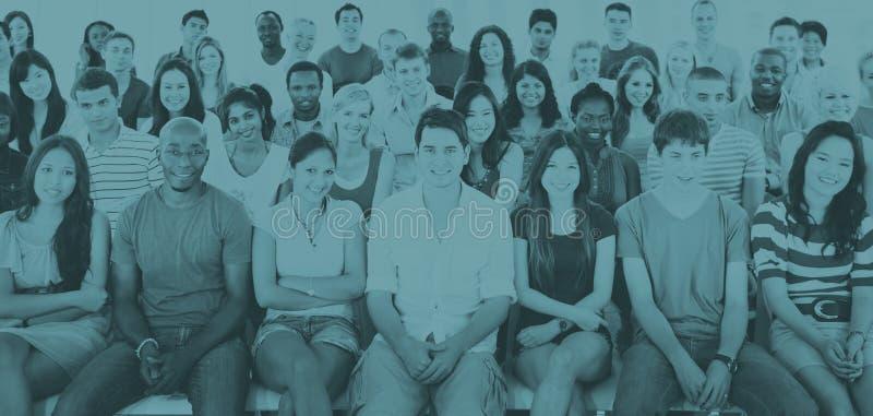 Gruppen-Leute-Mengen-Publikums-zufälliges sitzendes Konzept lizenzfreie stockfotos