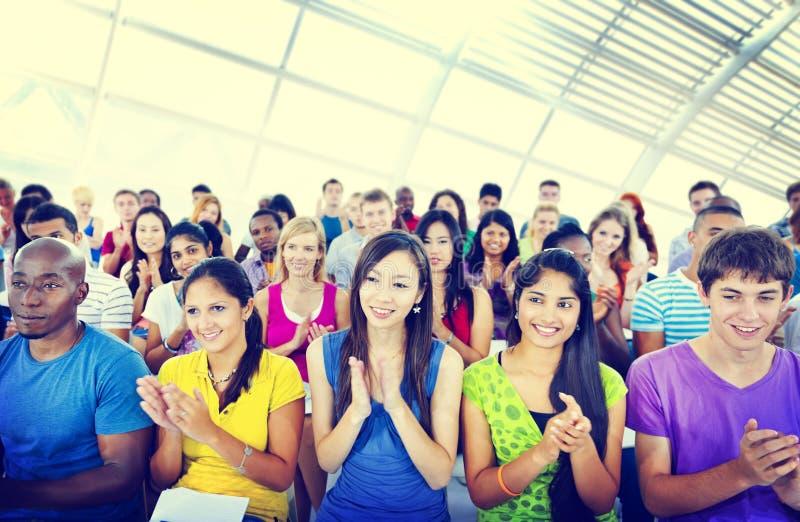 Gruppen-Leute-zufälliges Lernenvortrag-Applaus-klatschendes Konzept stockfotos