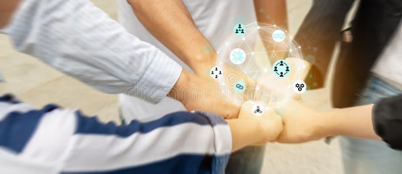 Gruppen med laget, som har teamworken i arbetstid som är gemensamt, fitch upp handen tillsammans som gör makten av teamwork som d royaltyfria bilder