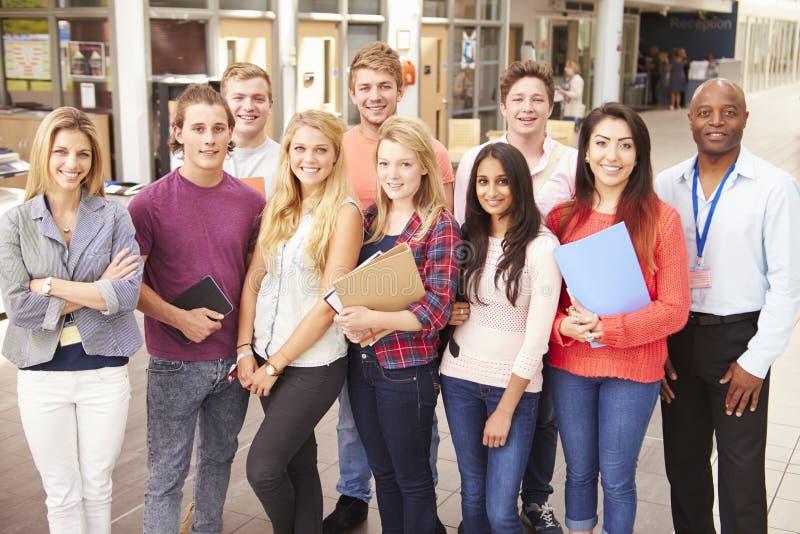 Gruppen-Porträt von Studenten mit Tutor stockbild