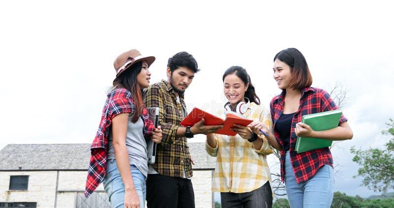 Gruppen-Studenten l?cheln und haben Spa?, den es auch hilft, Ideen in der Arbeit und im Projekt zu teilen Und wiederholen Sie auc stockbild