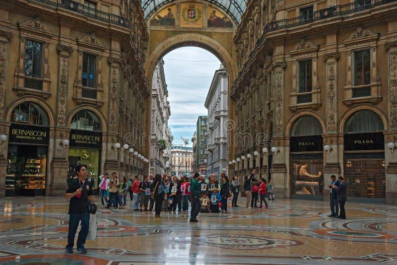 Gruppen Touristen, die ` Galleria-Vittorio Emanuele-` in der Mitte von Mailand besuchen lizenzfreies stockbild