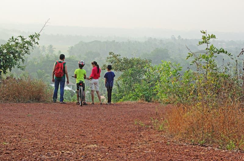 Gruppen-Trekking in szenischer Hilly Countryside lizenzfreie stockbilder