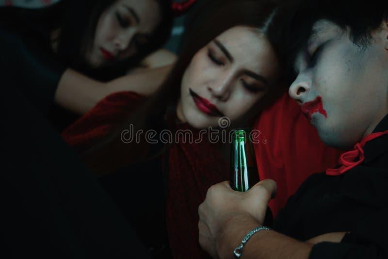 Gruppen von Freunden schlafen, nachdem sie sich nach hallover Party betrunken sind lizenzfreies stockfoto