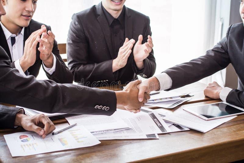 Gruppenasien-Geschäftsmann schaffen zusammen gegenseitig nützlichen geschäftlichen Beziehungen Ökonomisches Diagramm lizenzfreie stockfotos