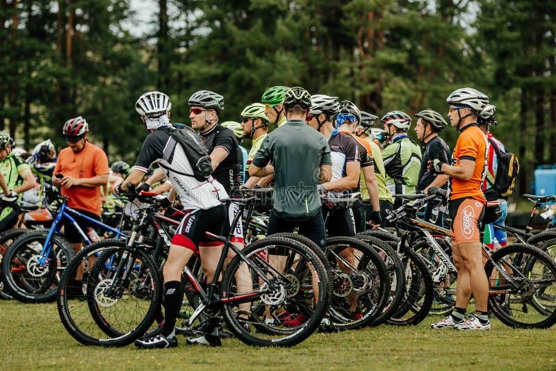 Gruppenathletenradfahrer vor Anfang des Rennens lizenzfreies stockfoto