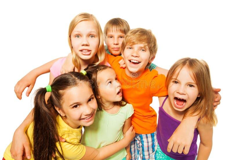 Gruppenfoto von sechs Kindern lizenzfreie stockfotografie