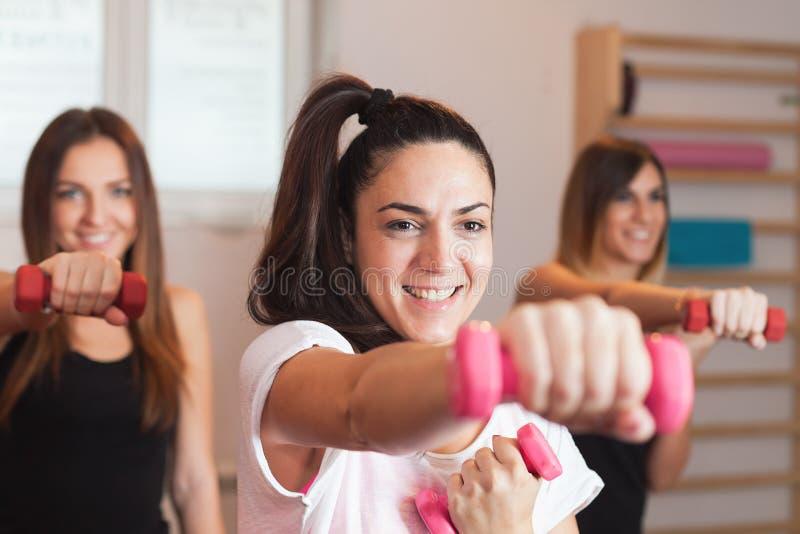 Gruppenfrauenübung mit Lehrer lizenzfreie stockbilder