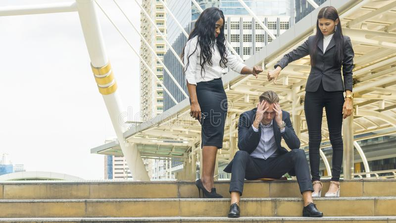 Gruppenfrauenleute-Geschäftsgefühl verärgert und Punkthand zum Geschäft stockfotos