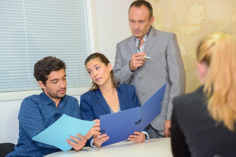 Gruppengeschäftsleute, die zu Büroversammlung sprechen lizenzfreies stockfoto