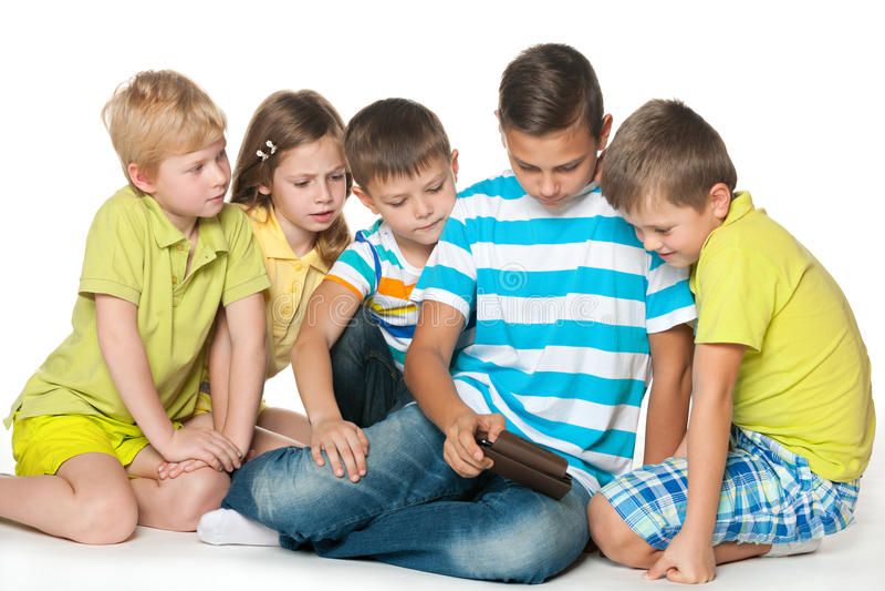 Gruppenkinder mit einem neuen Gerät lizenzfreie stockbilder