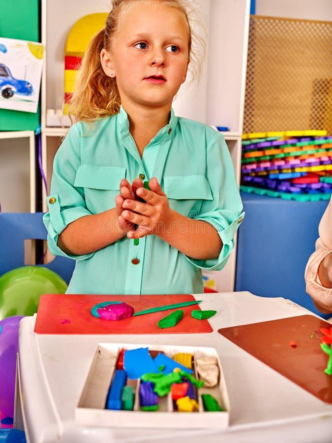 Gruppenkinderform vom Plasticine im Kindergarten stockbilder