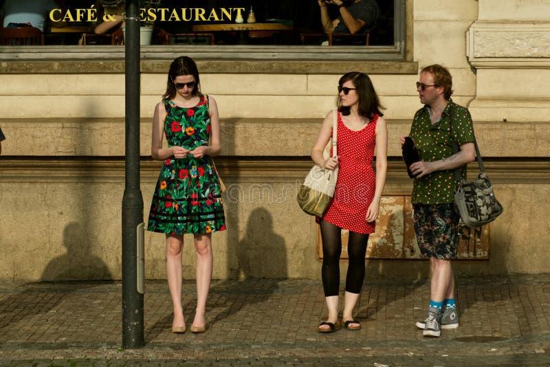 Gruppenleute auf dem Bürgersteig lizenzfreies stockbild