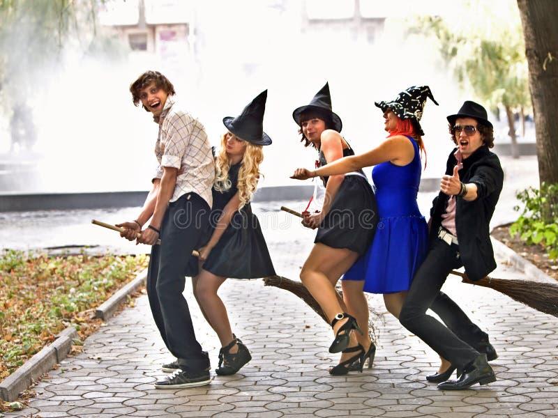 Gruppenleute im Halloween-Kostüm. Im Freien. stockfoto