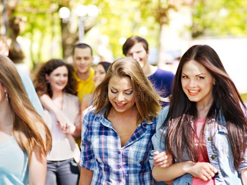 Gruppenleute am Sommer im Freien. lizenzfreie stockfotos