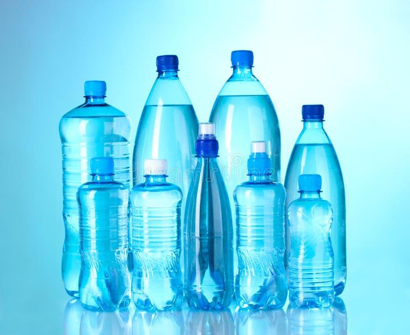 Gruppenplastikflaschen Wasser lizenzfreie stockfotos