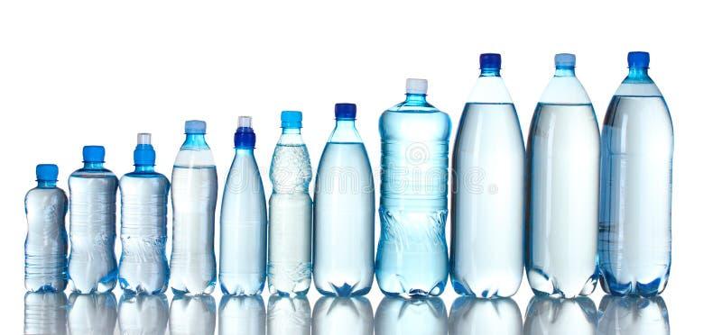 Gruppenplastikflaschen Wasser stockbild