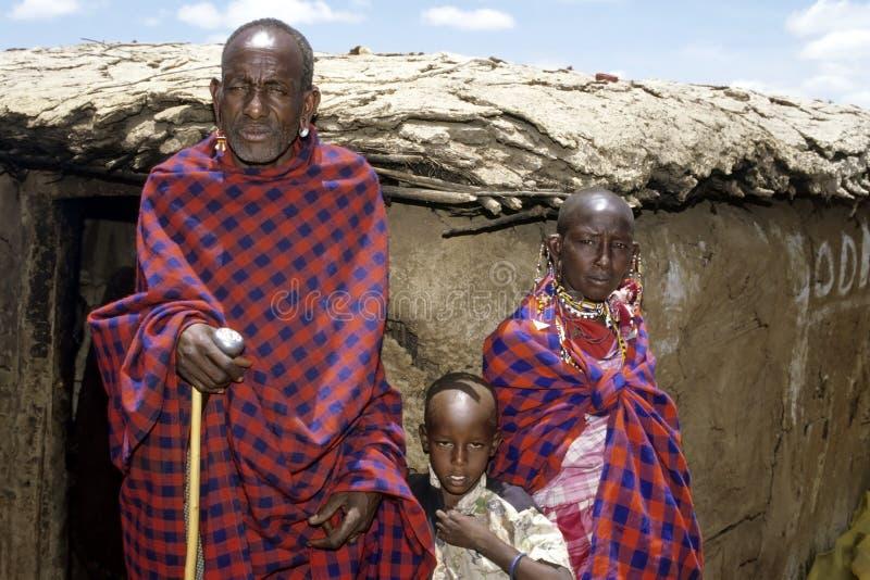 Gruppenporträt älteres Maasai mit Enkelkind lizenzfreies stockbild