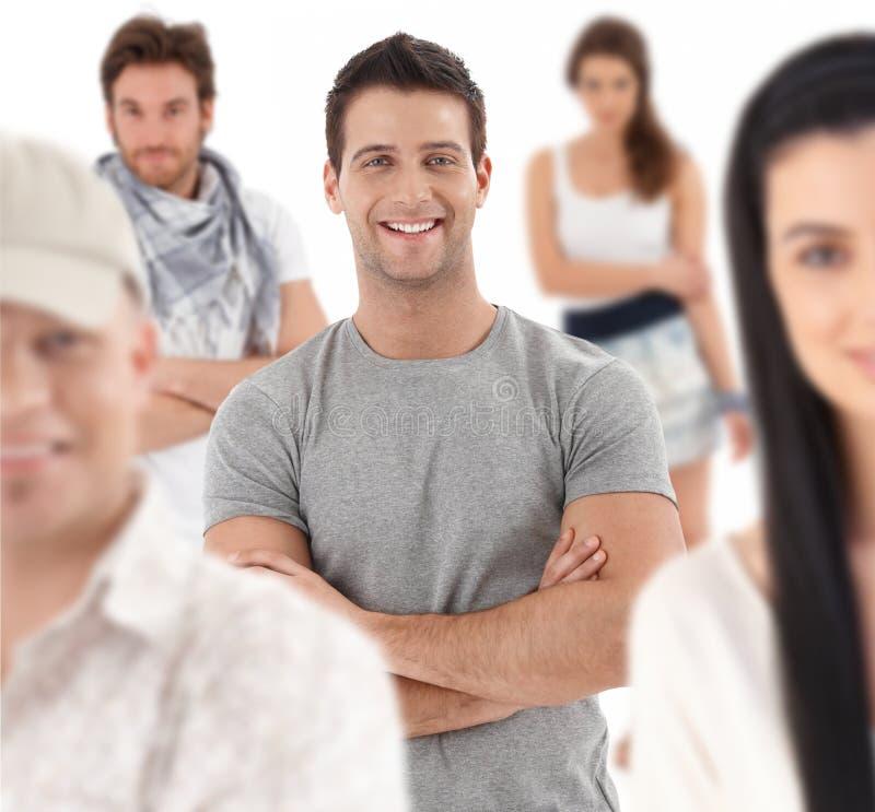 Gruppenporträt der glücklichen jungen Leute lizenzfreie stockfotos