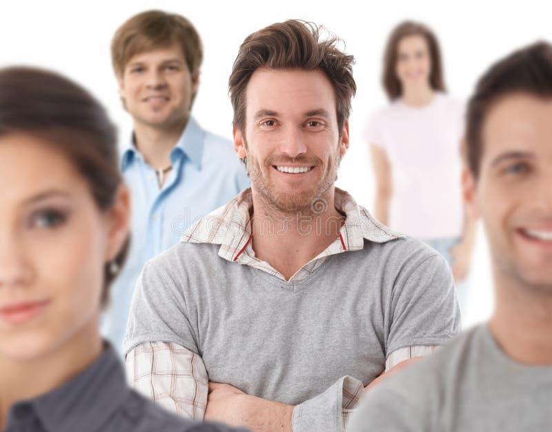 Gruppenporträt der glücklichen jungen Leute lizenzfreie stockfotografie