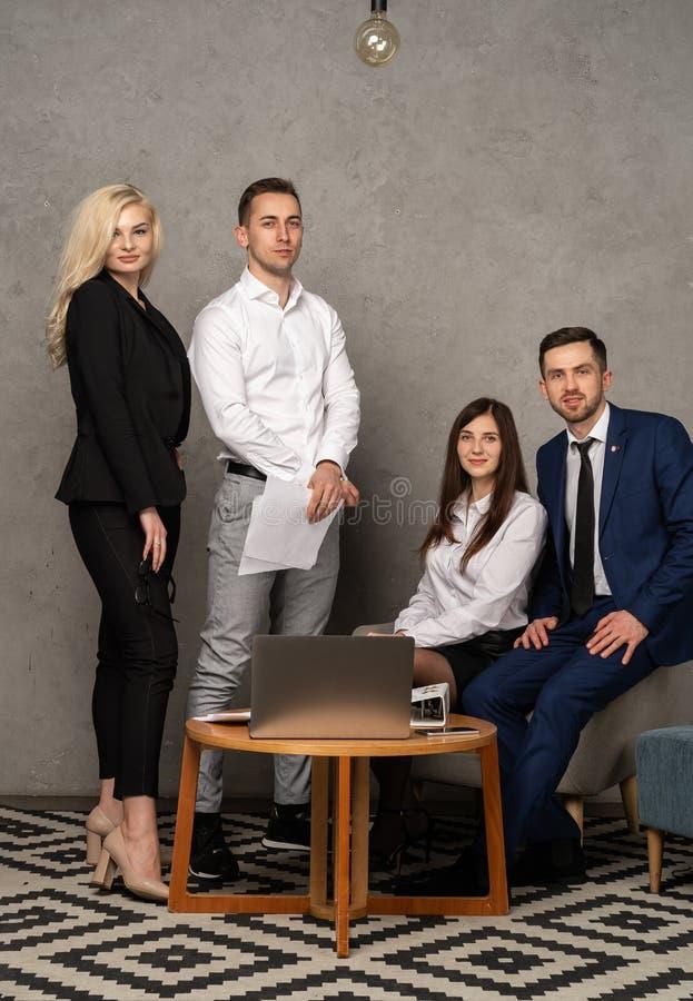 Gruppenporträt des Berufsgeschäftsteams, das sicher Kamera betrachtet lizenzfreies stockfoto