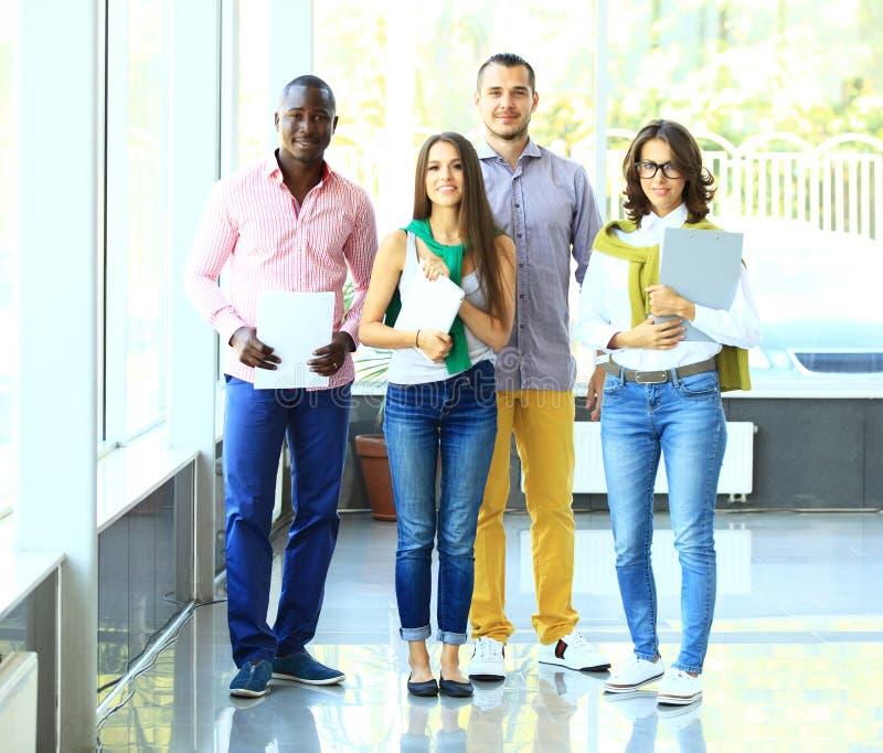 Gruppenporträt eines Berufsgeschäftsteams lizenzfreie stockbilder
