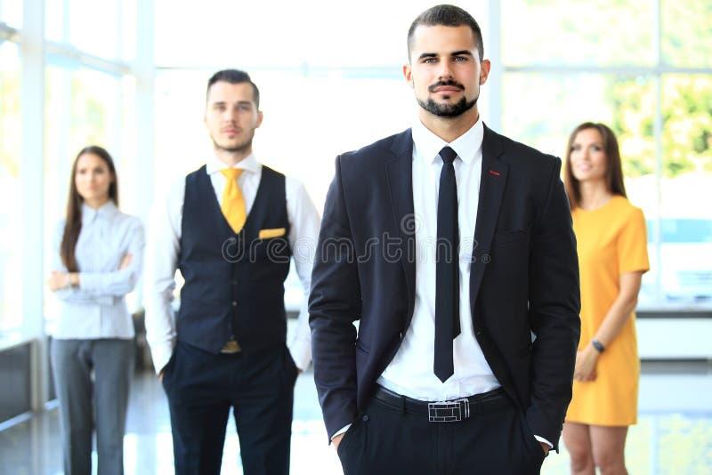 Gruppenporträt eines Berufsgeschäftsteams lizenzfreies stockbild