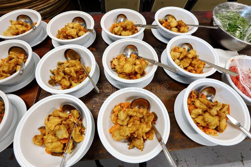 Gruppensatz des asiatischen Lebensmittel-Abendessens servierfertig auf Tabelle am Ba lizenzfreie stockfotos