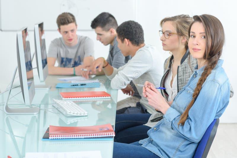 GruppenStudenten, die an Computerklasse teilnehmen lizenzfreie stockfotos