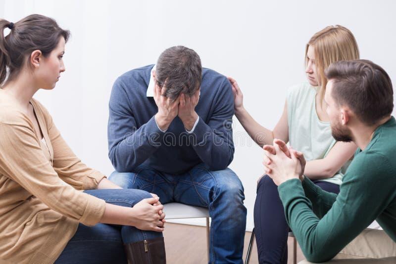 Gruppentherapie für die Überwindung von Krise stockbild