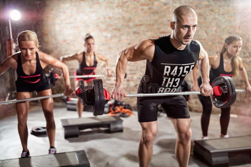 Gruppentraining mit Gewichten stockfotos