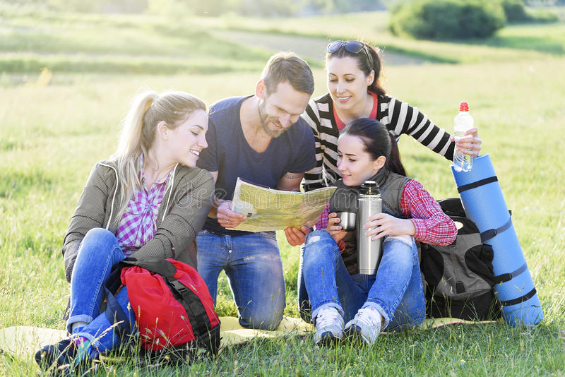 Gruppenwanderer auf dem Gras stockbilder