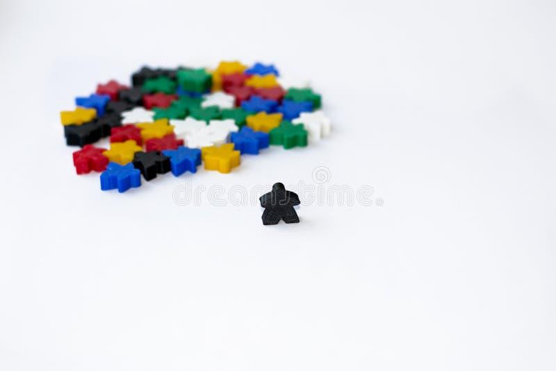 Grupper av färgrika meeples som isoleras på vit bakgrund Små diagram av mannen Begrepp för brädelekar Fokusen är endast på ordaff arkivbilder