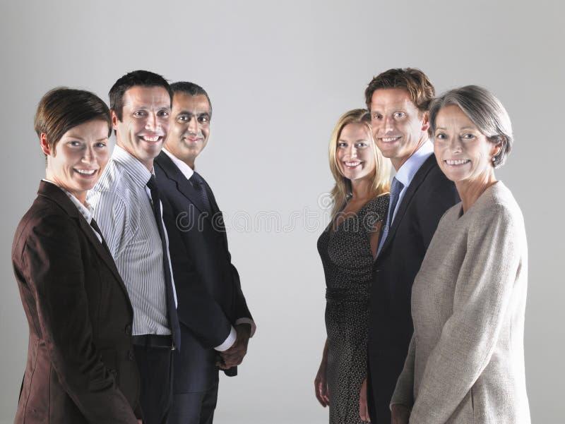 Grupper av rader för Businesspeople itu arkivfoto