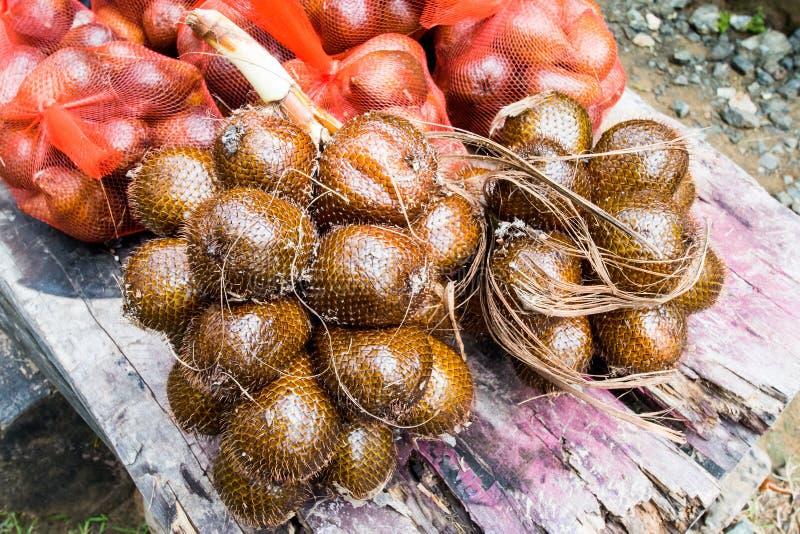 Grupper av Salak eller Salacca Zalacca bär frukt klart för marknad arkivbilder