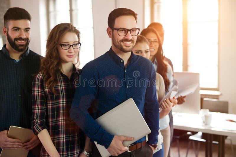 Gruppera bilden av laget av lyckade och säkra formgivare royaltyfria foton