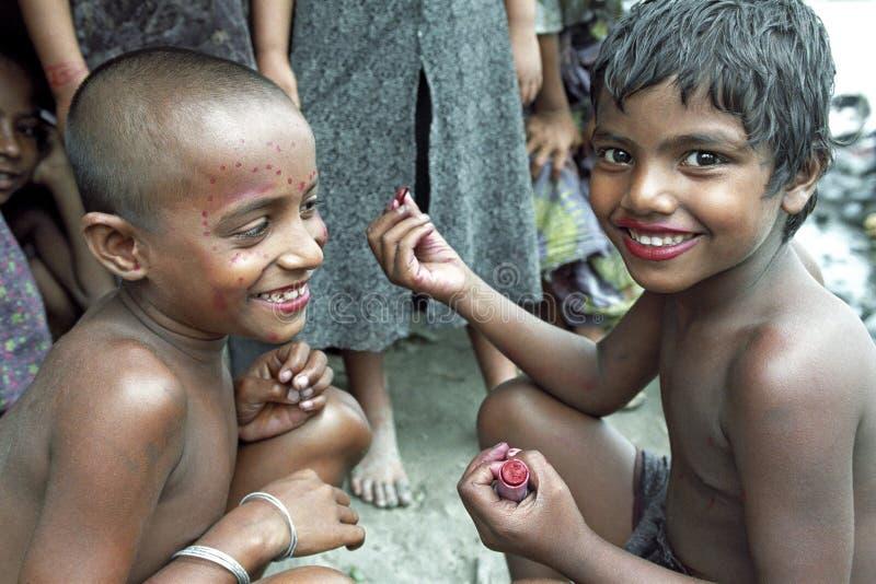 Gruppera ståenden av att spela flickor i Dhaka Bangladesh royaltyfria foton