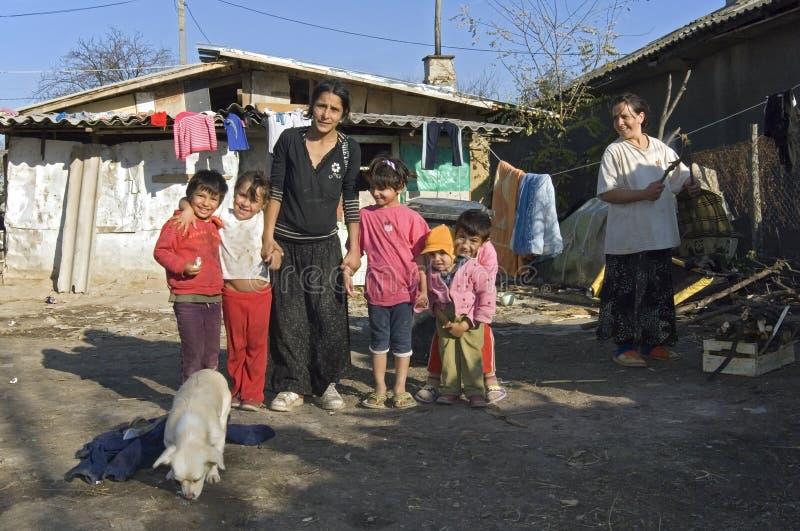 Gruppera ståenden av den Roma familjen, modern och barn fotografering för bildbyråer