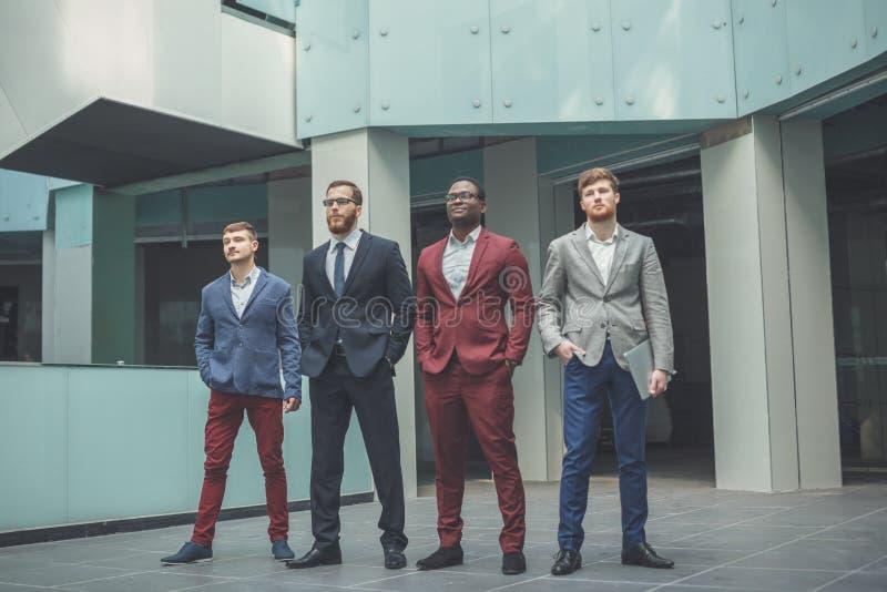 Gruppera ståenden av en prPortrait av detkulturella anseendet för kontorspersonalen i Lobbyofessional affärslag royaltyfria bilder