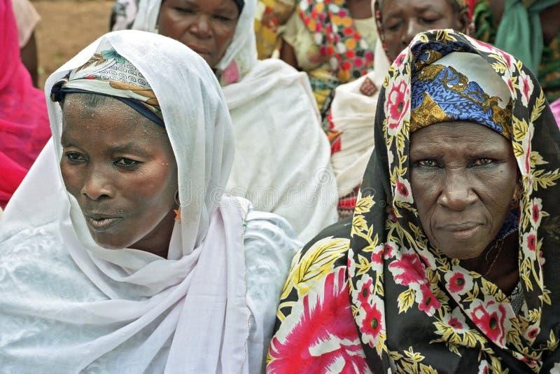 Gruppera ståenden av ghananska kvinnor i färgrik klänning royaltyfri foto