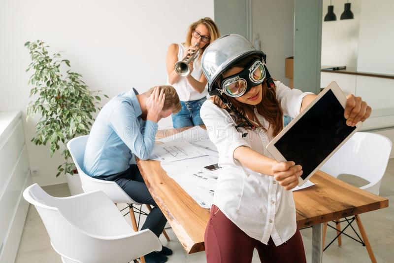 Gruppera unga Coworkers som har idérika start- och affärsidéer arkivfoto