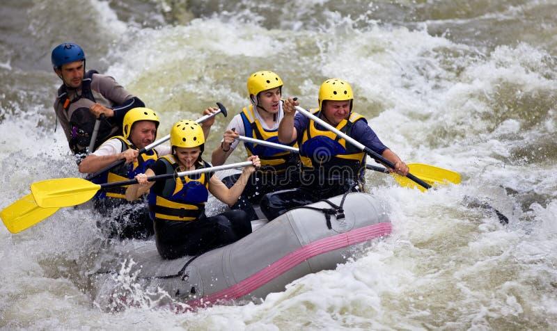 gruppfolk som rafting whitewater royaltyfri bild
