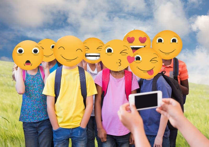 Gruppfotografi Emoji vänder mot royaltyfri illustrationer