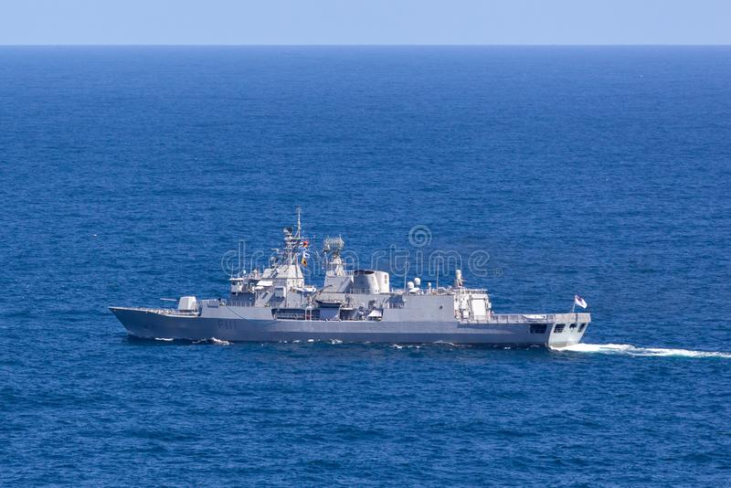 Gruppfregatter f?r HMNZS Te Mana F111 Anzac och en av den kungliga nyazeel?ndska marinen som avg?r Sydney Harbor arkivfoton